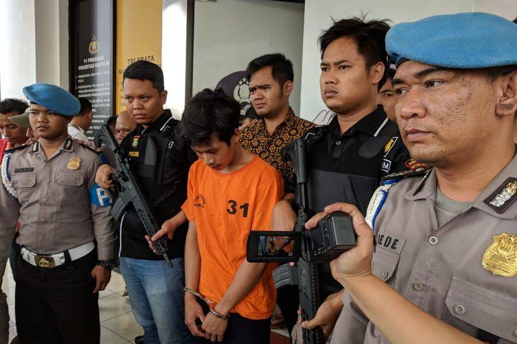 Adi Saputra ditetapkan sebagai tersangka oleh kepolisian dengan tuduhan melakukan penadahan pada Jumat (8/2/2019) di Mapolres Metro Tangerang Selatan