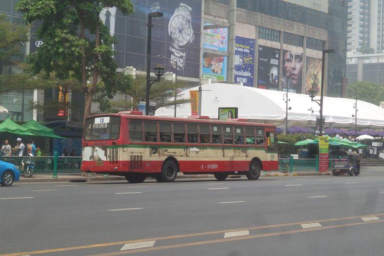 Ilustrasi bus kota di Thailand