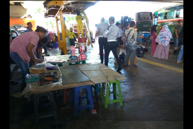 PKL mulai memajangkan barang dagangannya di trotoar Pasar Tanah Abang.