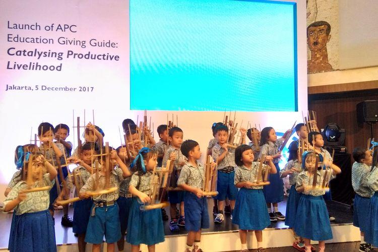 Sejumlah anak PAUD Suryakasih menyanyikan lagu Kasih Ibu diiringi angklung dalam peluncuran lapiran berjudul ?Katalisasi Penghidupan Produktif: Panduan intervensi pendidikan melalui jalur akselerasi untuk skala besar dan dampak maksimal? yang ditulis  Asia Philantrophy Circle (APC) pada Selasa (5/12/2017) di Hotel Kempinski Jakarta.