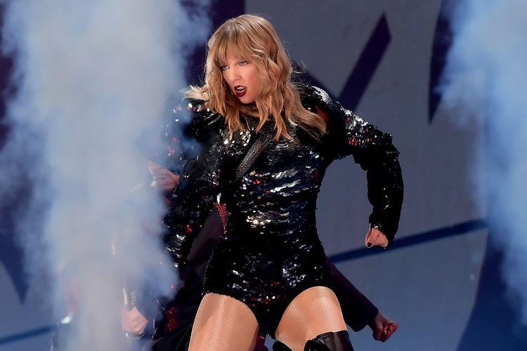 PenyanyiTaylor Swift tampil panggung pada malam pembukaan konser tur Reputation Stadium 2018 yang digelar di University of Phoenix Stadium, Glendale, Arizona, pada 8 Mei 2018.