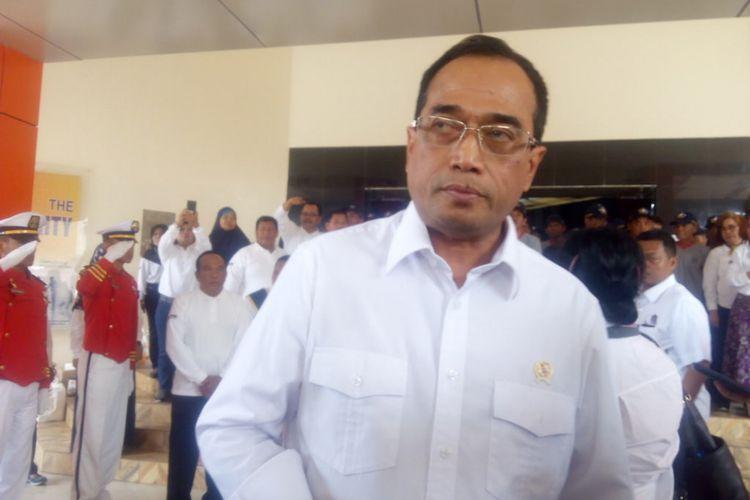 Menteri Perhubungan (Menhub) Budi Karya Sumadi mengunjungi Sekolah Tinggi Penerbangan Indonesia (STPI) di Curug, Kabupaten Tangerang, Minggu (18/11/2018).