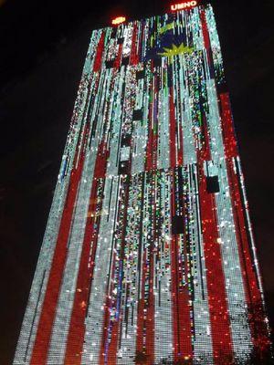 Pertujukan cahaya yang menyimpang dalam bendera Malaysia ?Jalur Gemilang? di Kantor Pusat UMNO.