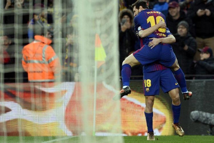 Lionel Messi merayakan gol Barcelona ke gawang Levante di Stadion Camp Nou dengan melompat ke arah Jordi Alba, Minggu (7/1/2018).