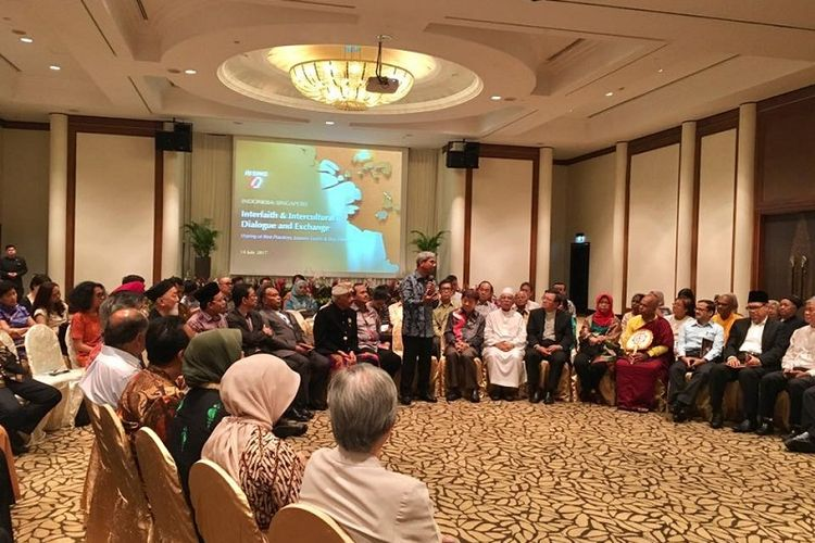 Wakil Menteri Luar Negeri A.M. Fachir berbicara di tengah acara dialog antaragama dan antarbudaya Indonesia-Singapura, Jumat (15/07/2017), di Hotel Furama RiverFront, Singapura.