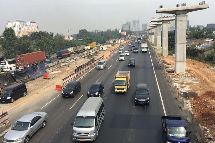 Arus lalu lintas di Tol Jakarta-Cikampek, Selasa (29/8/2017).