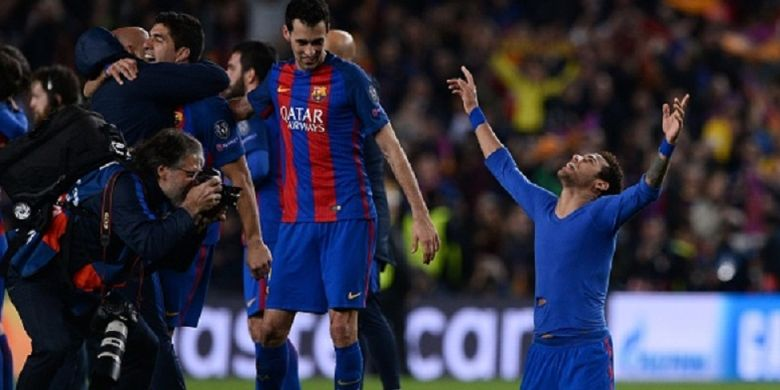 Luis Suarez, Sergio Busquets, dan Neymar tampak gembira setelah Barcelona memastikan lolos ke perempat final Liga Champions seusai menyisihkan Paris Saint-Germain di Camp Nou, Rabu (8/3/2017).