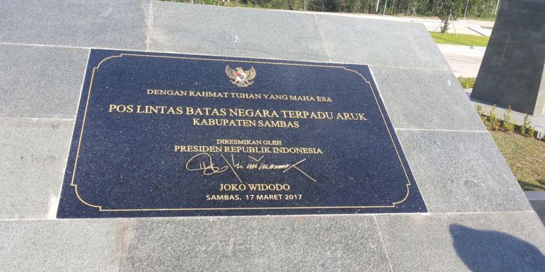 Pelang peresmian pos lintas batas antar negara di Aruk, Sajingan Besar, Kabupaten Sambas, Kalimantan Barat.  Pos lintas batas di Aruk sendiri belum lama diresmikan langsung oleh Presiden Joko Widodo pada Maret 2017.