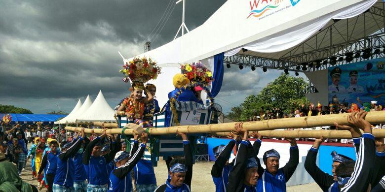 Kansodaa, prosesi adat masyarakat Wakatobi yang digelar saat perhelatan Wakatobi Wonderful Festival and Expo 2017 atau Wakatobi WAVE 2017 yang berlangsung pada 11 hingga 13 November 2017 di pelabuhan Panggulubelo, Pulau Wangi-Wangi, Kabupaten Wakatobi, Sulawesi Tenggara.
