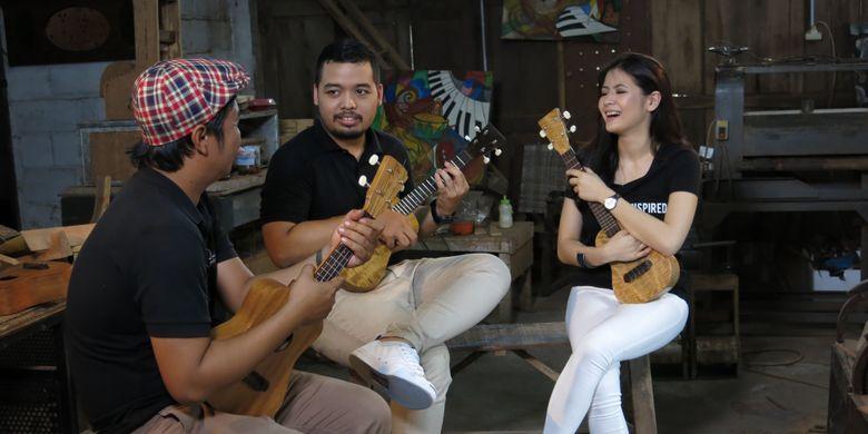 Wafiq Giotama dan Fadil Firdaus asal Yogyakarta menunjukkan ukulele kayu mangga (Mangifera indica) buatannya yang diberi merek Pelem Ukulele.