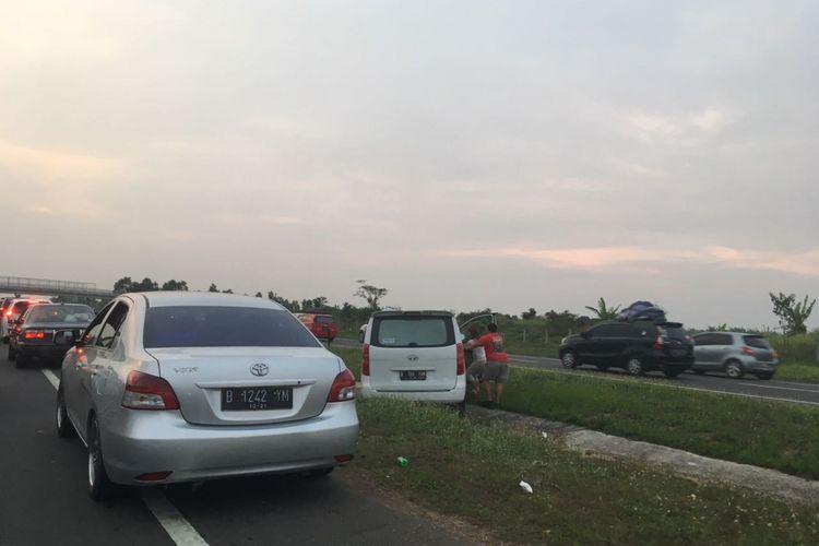 Seluruh lajur Tol Cikopo-Palimanan (Cipali) digunakan untuk arus balik menuju Jakarta mulai pukul 16.00 hingga 18.00 WIB. Sejumlah pemudik yang terjebak macet berusaha menyeberangi median tol, Sabtu (1/7/2017).