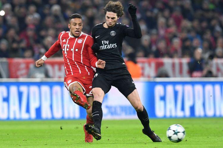 Corentin Tolisso dan Adrien Rabiot berebut bola pada pertandingan Liga Champions antara Bayern Muenchen dan Paris Saint-Germain di Allianz Arena, Selasa (5/12/2017).