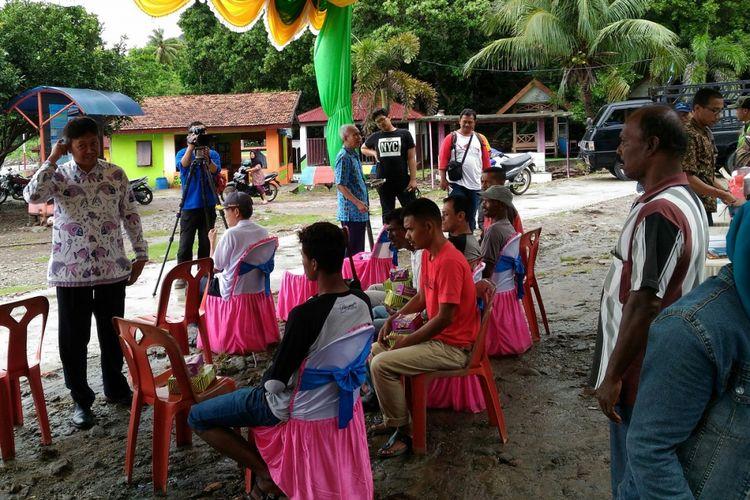 Direktur Perbenihan Kementerian Kelautan dan Perikanan Coco Korkina Soetrisno berbicara dengan kelompok nelayan Teluk Keunekai terkait pembangunan keramba jaring apung lepas pantai di Teluk Keunekai, Sabang, Nangroe Aceh Darussalam, yang akan mulai beroperasi akhir tahun ini.