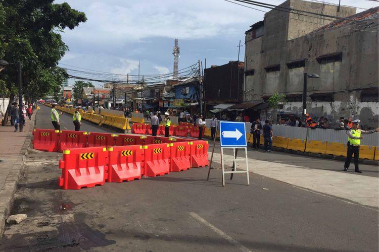 Polantas dibantu petugas Dishub DKI mulai melakukan rekayasa lalu lintas di sekitar Pasar Tanah Abang, Jakarta Pusat, Jumat (22/12/2017).