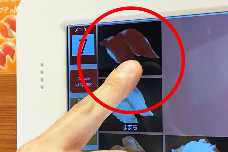 Jika menggunakan panel layar sentuh untuk memesan, cukup tekan gambar hidangan yang ingin Anda pesan.