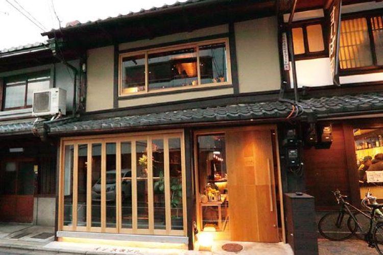 Dengan finishing kaca dan penampilan penuh gaya, sulit untuk percaya bahwa pub ini dulunya adalah townhouse tua.