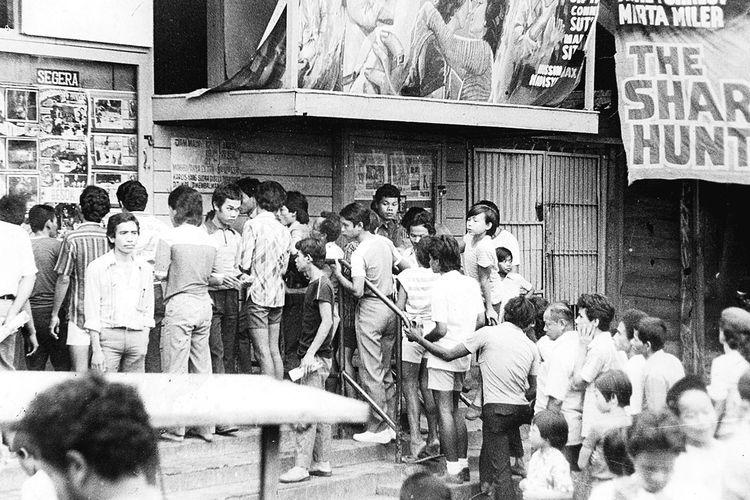 Antrean penonton menuju loket penjualan tiket bioskop di Jakarta pada masa lalu. Foto diambil pada Februari 1982.