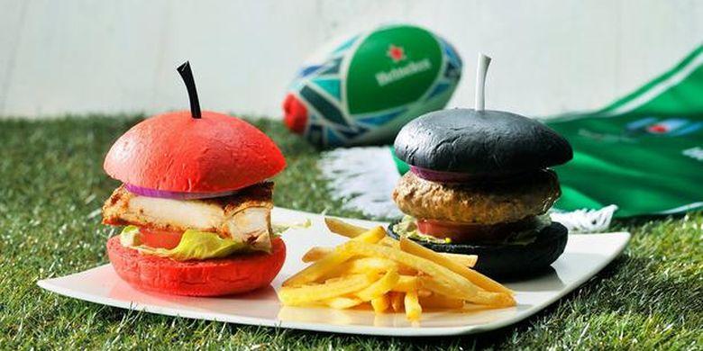 Hamburger merah yang terinspirasi dari seragam tim Jepang, dan Humburger hitam yang terinspirasi dari seragam tim New Zealand ini sangat instagrammable.