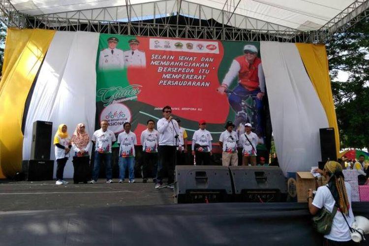 ebih dari tiga ribu peserta yang terdiri dari masyarakat umum serta pelajar berpartisipasi dalam meramaikan program lanjutan Gowes Pesona Nusantara Kementerian Pemuda dan Olahraga (Kemenpora) yang berpusat di alun-alun Kabupaten Karanganyar, Minggu (12/11/2017).