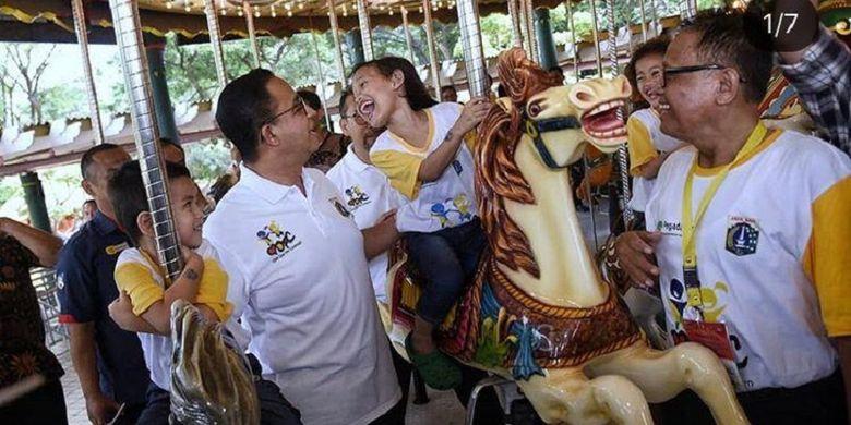 Gubernur DKI Jakarta Anies Baswedan sedang bercengkrama dengan anak-anak dalam sebuah acara di Jakarta.