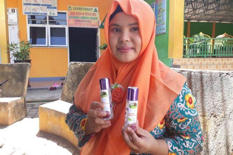 Guru pembimbing memperlihatkan produk San Pemarah kreasi Siswa SMAN 2 Bengkulu Selatan