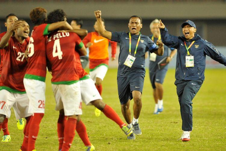 Timnas Indonesia merayakan kemenangan seusai mengalahkan Malaysia lewat adu penalti dengan skor 4-3  dalam semifinal sepak bola SEA Games 2013 di Stadion Zayar Thiri, Naypyidaw, Myanmar, Kamis (19/12/2013). Timnas akan menjalani laga final melawan Thailand,  Sabtu (21/12/2013).