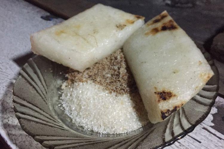 Uli bakar dengan tambahan gula pasir dan serundeng di Warung Pak Nasik, Depok, Jawa Barat.