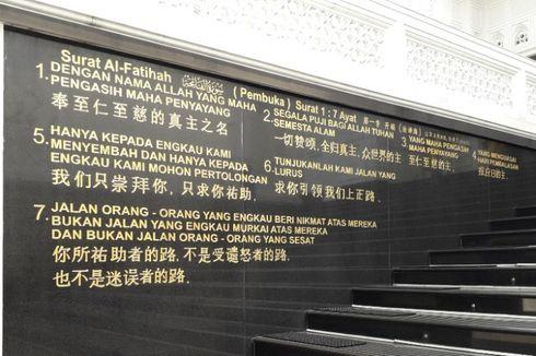 Cerita Tentang Tulisan Ayat Al Quran dalam Tiga Bahasa di Tembok Masjid Ramlie Musofa