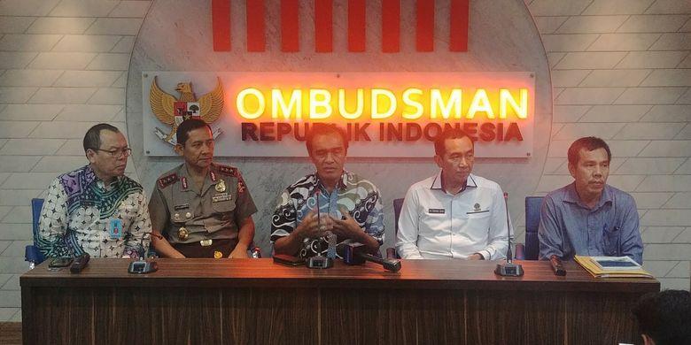 Komisioner Ombudsman Laode Ida (tengah) dalam jumpa pers mengenai temuan Ombudsman soal Tenaga Kerja Asing, di Kantor Ombudsman, Jakarta, Kamis (26/4/2018).