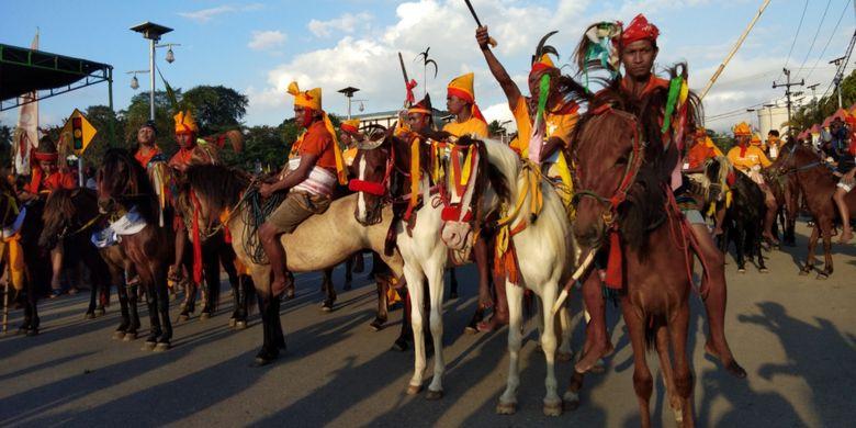 Para penunggang kuda, saat melakukan atraksi dalam kegiatan Parade Kuda Sandalwood di Kota Waikabubak, Sumba Barat, Sabtu (7/7/2018).