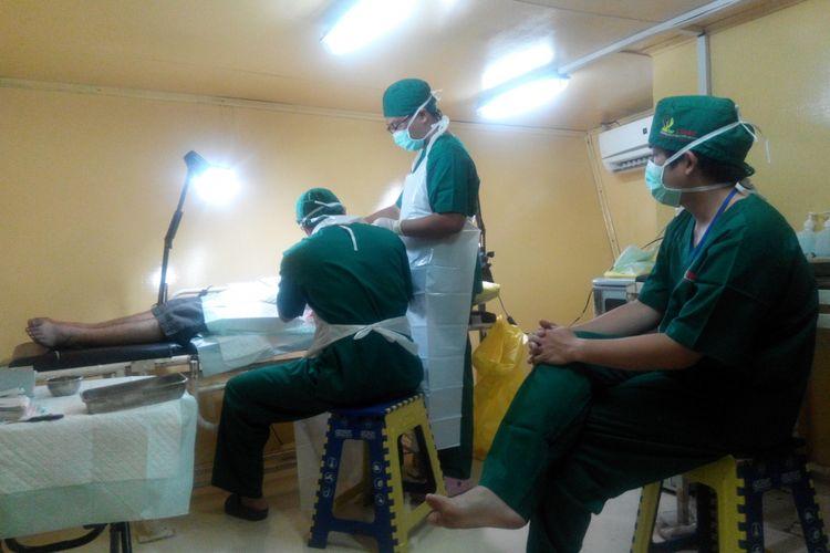 Tindakan medis terhadap pasien dilakukan di Rumah Sakit Apung (RSA) dr Lie Dharmawan di Makassar, Sulawesi Selatan, Minggu (19/11/2017).