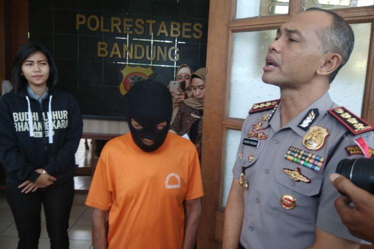 Kapolrestabes Bandung Kombes Pol Hendro Pandowo merilis pengungkapan kasus pencabulan seorang kakek berinisial AS alias Abah (67) di Mapolrestabes Bandung, Jalan Jawa, Kota Bandung, Jumat (12/1/2018). Kakek bercucu sembilan ini nekat mencabuli 11 muridnya yang masih dibawah umur.