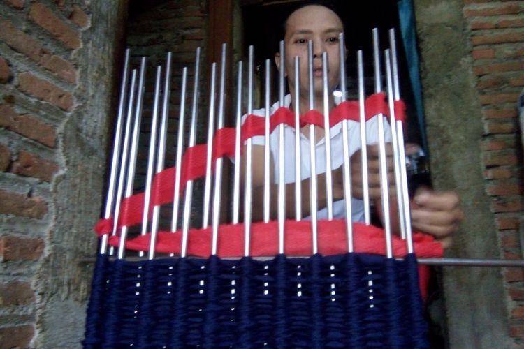 Puji Wahyuningsih (41) Warga Desa Dukun,  Kecamatam Karangtengah, Kabupaten Demak, Jateng,  saat membuat keset dari limbah garmen, Minggu (1/4/2018) pagi. Sebuah keset dipatok harga Rp.  12.000