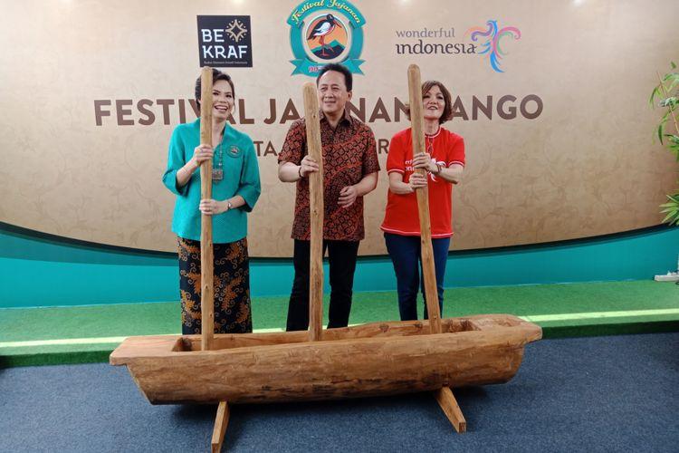 Suasana pemukaan Festival Jajanan Bango 2018, oleh Kepala Bekraf Triawan Munaf, di Park & Ride Thamrin 10, Jakarta, Sabtu (14/4/2018). Lebih dari 80 gerai kukiner otentik Nusantara dihadirkan dalam festival kuliner ini.