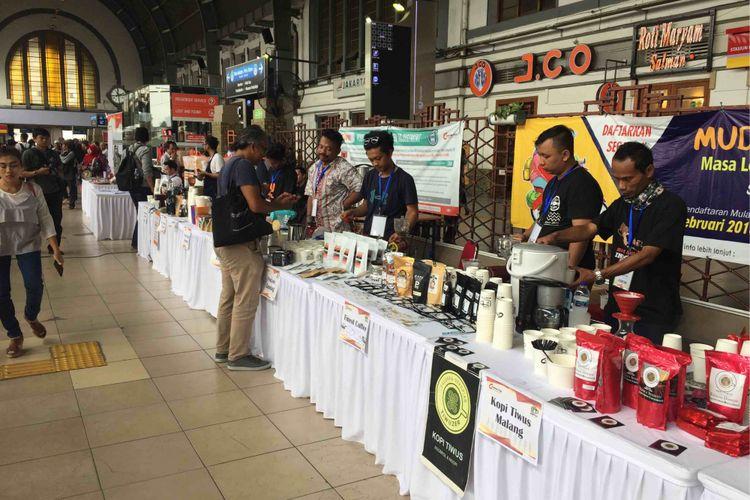 10.000 kopi dibagikan di Stasiun Jakarta Kota sambut Hari Kartini, Sabtu (21/4/2018).