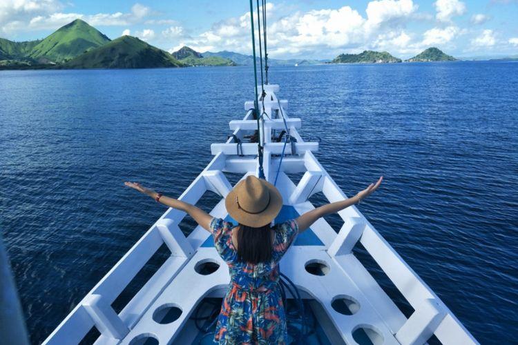 Wisatawan bersantai di atas kapal semi phinisi Wae Rebo di Pelabuhan Labuan Bajo, Nusa Tenggara Timur.
