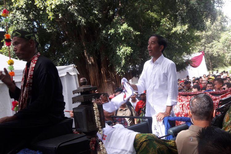 Calon Presiden nomor urut 01 Joko Widodo saat tiba di lokasi Kampanye Akbar Perdana di Kota Serang, Banten, Minggu (24/3/2019). Jokowi naik kereta kencana dari Alun - alun Kota Serang ke Stadion Maulana Yusuf dengan naik kereta kencana.