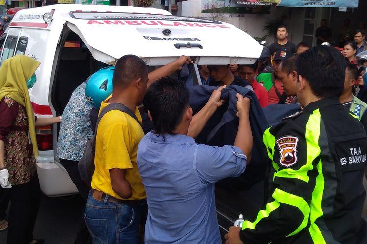 Korban kecelakaan beruntun di Jalan Jenderal Soedirman Purwokerto, Jawa Tengah, Selasa (25/6/2019) dievakuasi menggunakan ambulans.