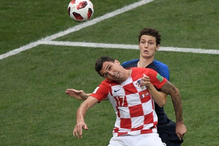 Benjamin Pavard dan Mario Mandzukic berduel dalam pertandingan Perancis vs Kroasia pada final Piala Dunia 2018 di Stadion Luzhniki, 15 Juli 2018.