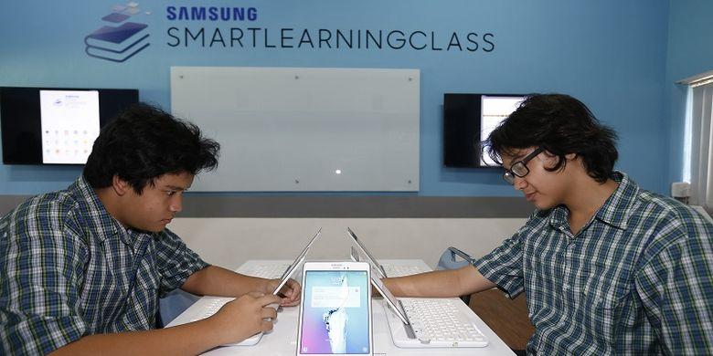 Siswa SMA Pangudi Luhur Jakarta sedang mencoba Samsung Smart Learning Class pada Selasa(20/3/2018).