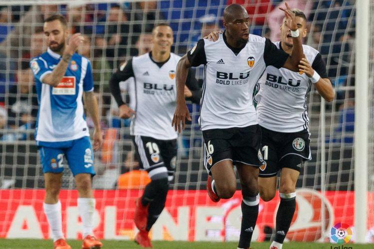 Pemain pinjaman Inter Milan, Geoffrey Kondogbia, merayakan gol Valencia ke gawang Espanyol pada pertandingan La Liga, Minggu (19/11/2017).