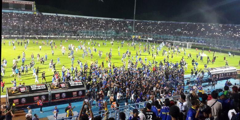 Situasi saat laga Arema FC kontra Persib Bandung ricuh dalam pertandingan lanjutan kompetisi Liga 1 di Stadion Kanjuruhan, Kabupaten Malang, Minggu (15/4/2018) malam.