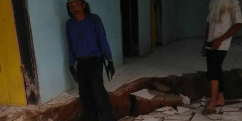Gerakan tanah menyebabkan lantai tanah ambles sedalam 30 sentimeter di Dusun Cilimus, Desa Indragiri, Kecamatan Panawangan, Kabupaten Ciamis, Jawa Barat.