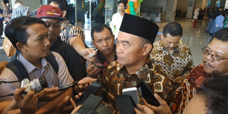 Mendikbud Muhadjir Effendy memberikan keterangan kepada media terkait perkembangan terakhir penanganan gempa Palu dan Donggala oleh pihak Kemendikbud (3/10/2018)