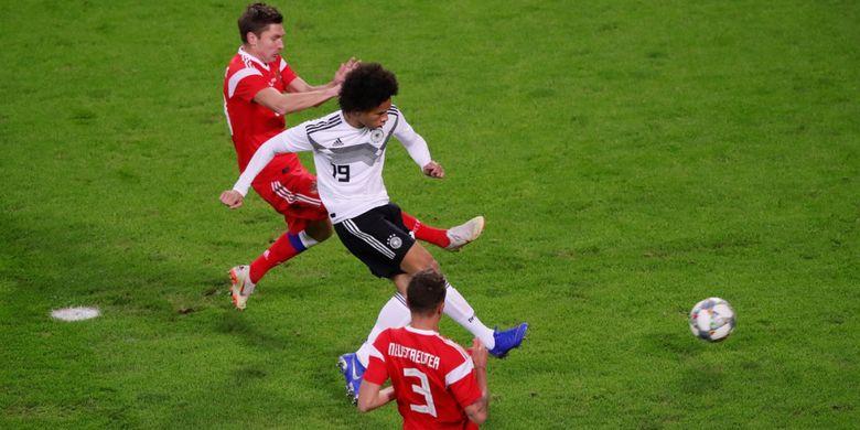 Penyerang Jerman, Leroy Sane, saat melesatkan gol ke gawang timnas Rusia pada laga persahabatan yang digelar di Stadion Red Bull Arena, Kamis (15/11/2018) atau Jumat dini hari WIB.