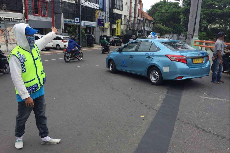Para sukarelawan pengatur lalu lintas (supeltas) atau Pak Ogah mulai bekerja di lima wilayah di Ibu Kota sejak Oktober 2017, Jumat (5/1/2018)
