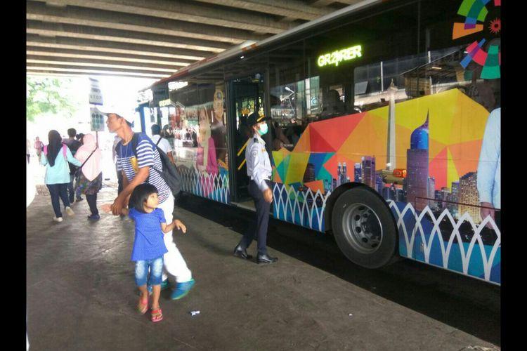 Bus transjakarta explorer berhenti di halte pemberhentian antara Blok G dan Blok F.