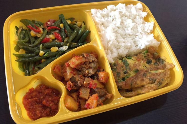 Satu paket menu hemat terdiri dari nasi dan tiga lauk yang bisa dipilih sendiri, kecuali ikan dan ayam seharga Rp 15.000. Paket ini hanya bisa didapatkan hingga Desember 2018 di warteg 313.