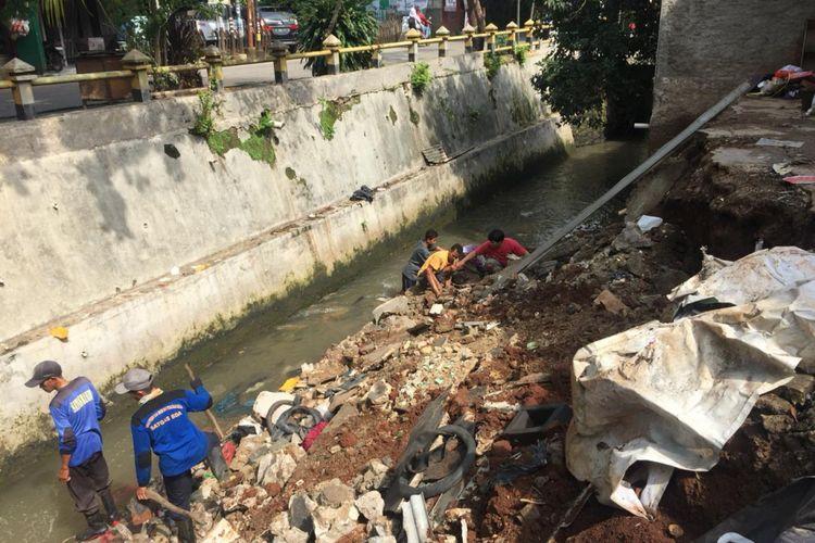 Tanah longsor yang mengakibatkan satu bangunan ambles, di Tanah Baru, Depok, Jumat (7/12/2018).