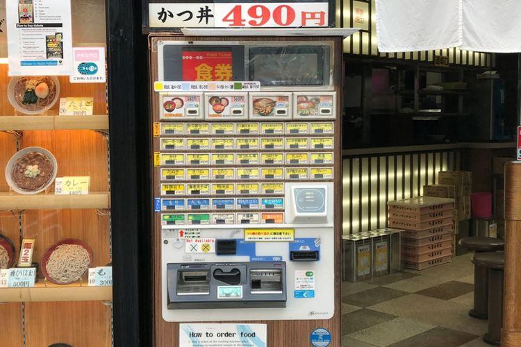Kebanyakan restoran cepat saji ala Jepang menggunakan mesin tiket pemesanan makanan seperti